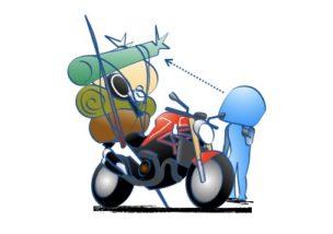 バイクの後部シートに荷物満載の図