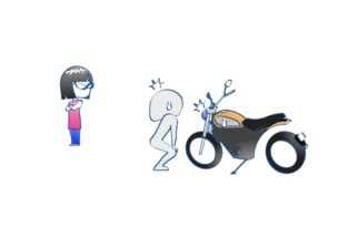 妻がバイクをにらんでる